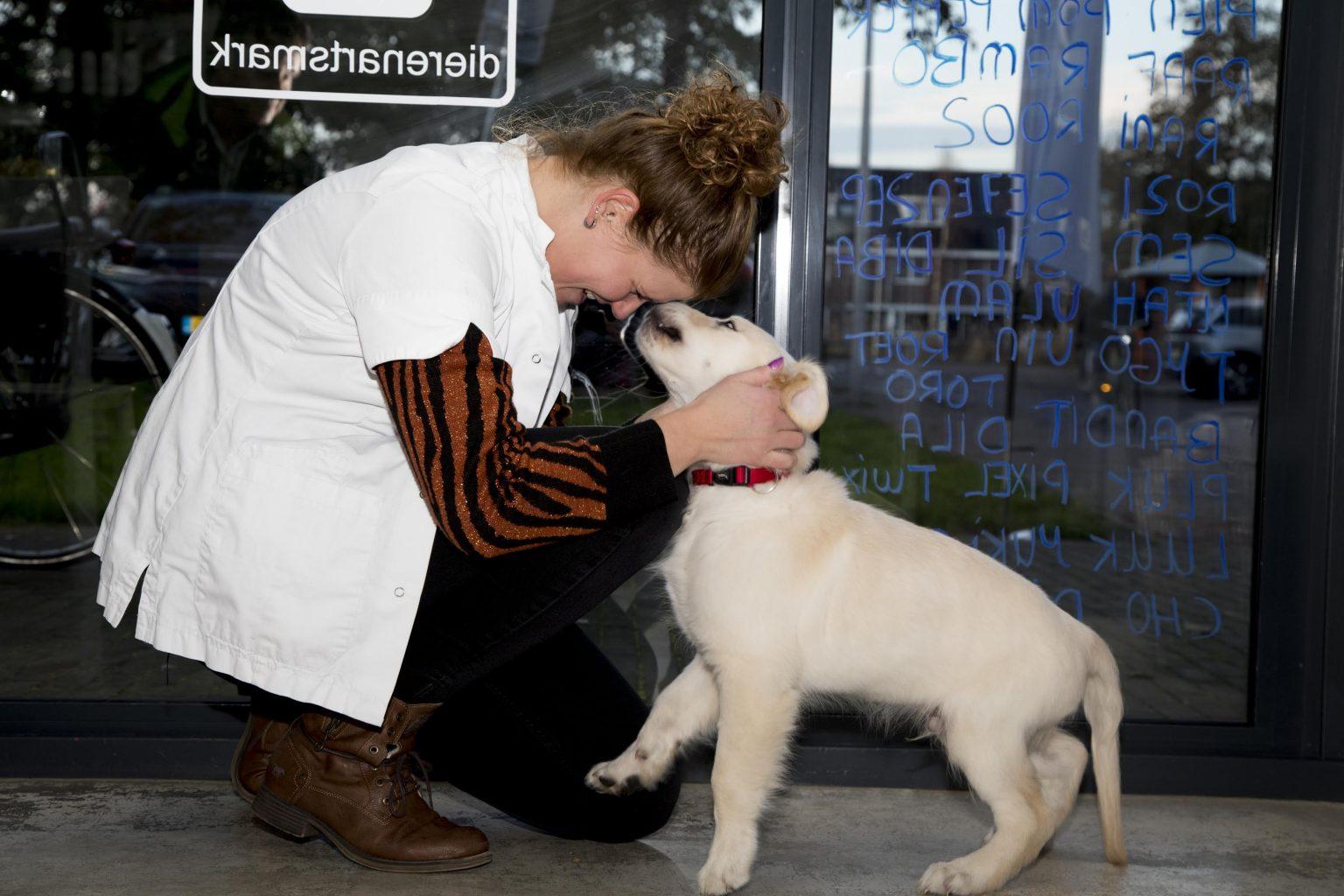 Patricia knuffelt een pup